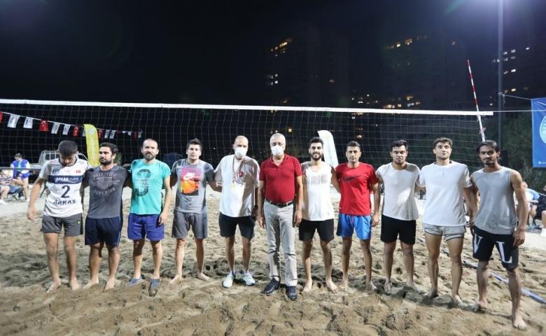 Mezitli'de Cumhuriyet Plaj Voleybolu Turnuvasını kazanan takımlar kupalarını aldı