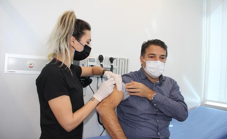 Mersin'de sağlık çalışanları aşılanmaya başlandı