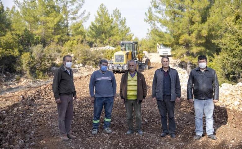 Mersin Büyükşehir Silifke'de tarım arazilerinin yollarını açıyor