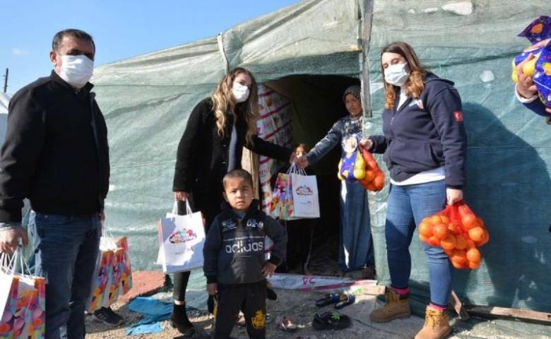 Mersin'de çadırların arasından çocuk gülücükleri