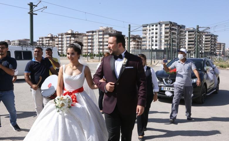 Gaziantep'te evlenen vatman çiftin gelin aracı tramvay oldu